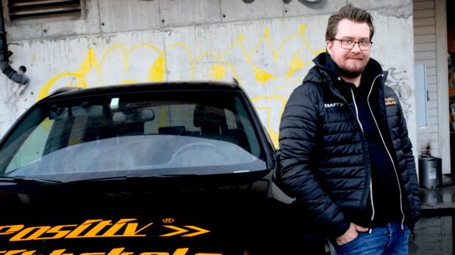 KNEKKE KODER: – På kursene våre jobber vi med å knekke koder. Det handler om å tolke og forstå spørsmålene. Finne ut hva de egentlig er ute etter, sier trafikklærer og kursansvarlig ved Positiv Trafikkskole, Martin Strønen.